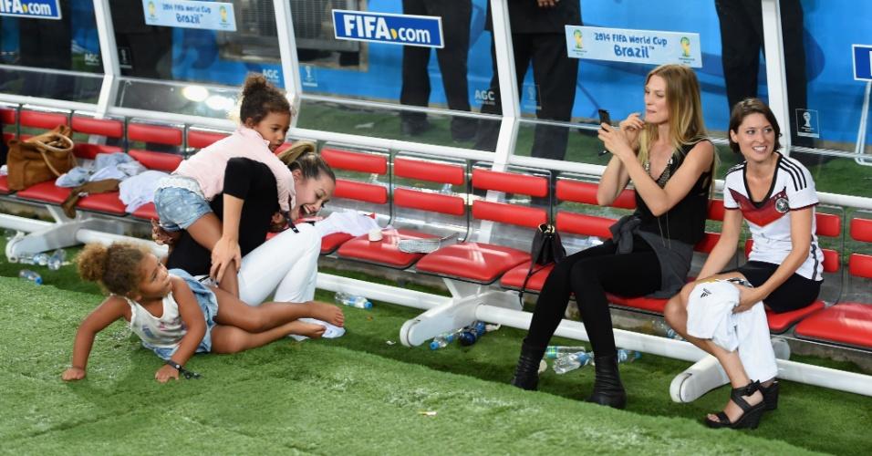 Gêmeas, filhas de Boateng, aprontam com Mandy Caprist, namorada de Özil, no gramado do Maracanã