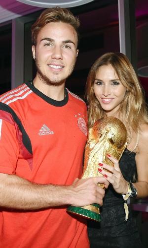 Herói do título alemão, Mario Goetze posa com sua namorada, Ann-Kathrin Broemmel, com a taça da Copa do Mundo