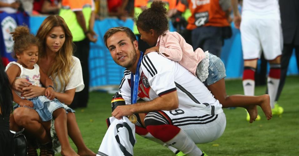 "Herói do título, ""tio"" Götze vira cavalinho para as filha de Boateng"