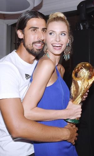 Khedira e sua namorada Lena Gercke posam para foto com a taça da Copa do Mundo