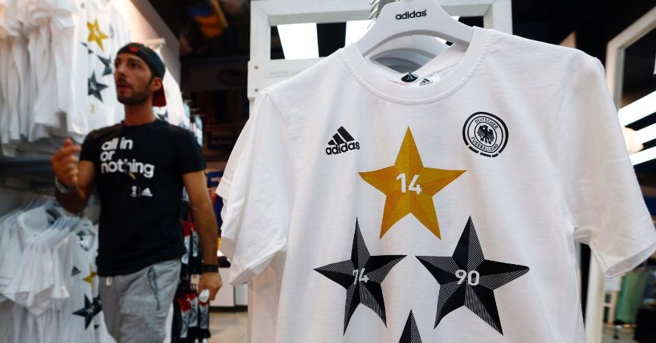 Lojas na Alemanha vendem camisetas comemorativas sobre o tetracampeonato mundial