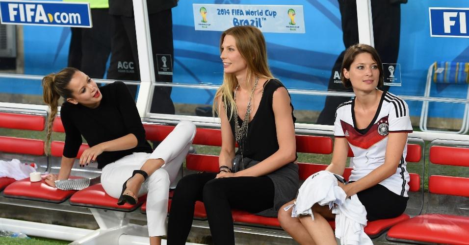 Mandy Capristo, Sarah Brandner, Kathrin Gilch, namoradas de Özil, Schweinsteiger e Neuer, sentam no banco de reservas do Maracanã após o tetra