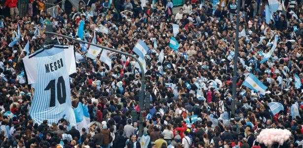 Multidão exibe camisa gigante de Messi na festa que fizeram para recepcionar a seleção argentina