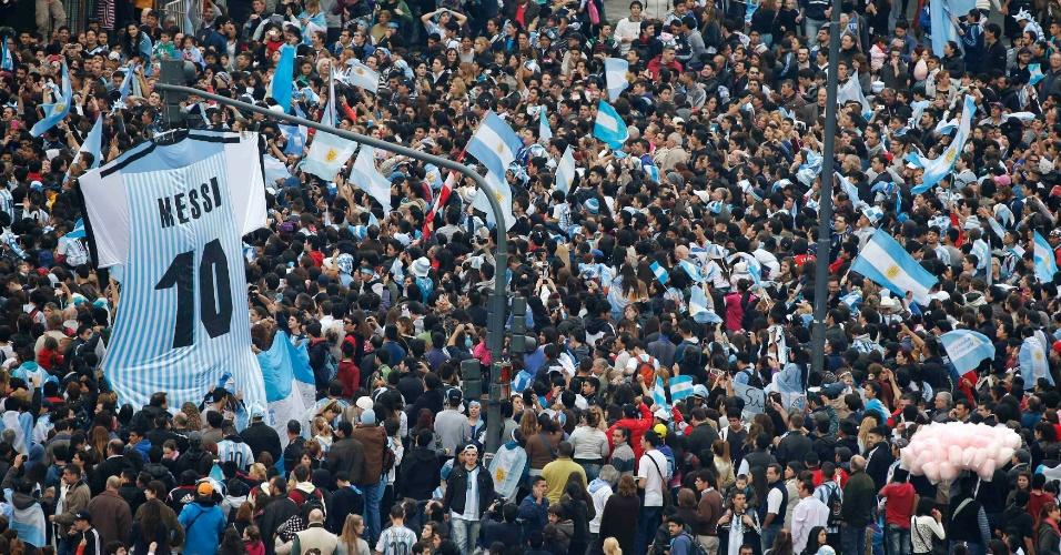Multidão exibe camisa gigante de Messi na recepção aos argentinos