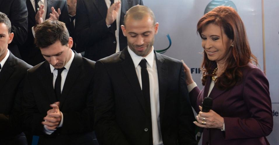 Presidente da Argentina Cristina Kirchner fala com o volante Mascherano em Buenos Aires após vice-campeonato mundial