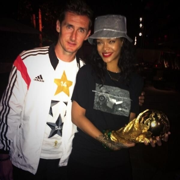 Rihanna segura a taça da Copa do Mundo e posa para foto com Klose, o maior artilheiro da história do torneio