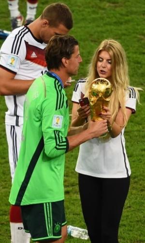 Roman Weidenfeller e Lisa Rossenbach, sua namorada, apreciam a taça de campeão do mundo