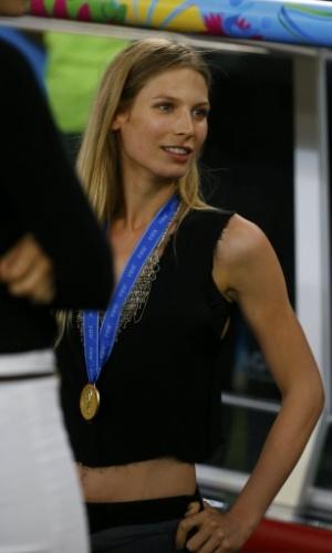 Sarah Brandner, namorada de Bastian Schweinsteiger, exibe medalha de ouro da Copa