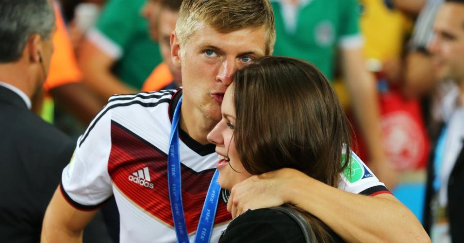 Toni Kroos mostra seu carinho pela namorada  Jessica Farber após o título