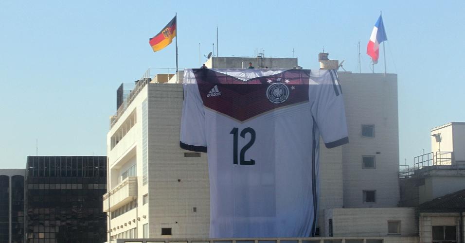 15.jul.2014 - Consulado alemão no Rio de Janeiro pendura camisa gigante da seleção que foi tetracampeã do mundo no último domingo (13)