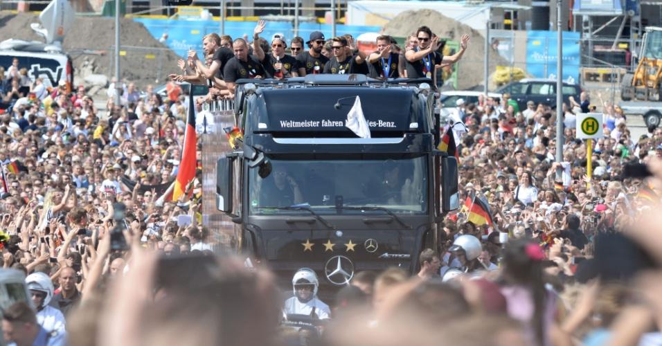 Carro aberto da seleção da Alemanha é cercado por milhares de torcedores em Berlim