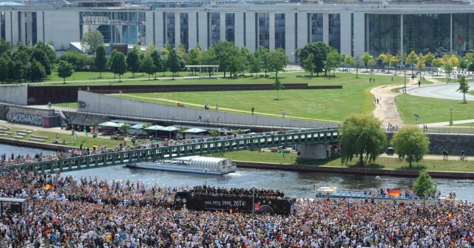 Com o Palácio do Reichstag ao fundo, ônibus com os campeões da Alemanha passa pelas ruas de Berlim em direção ao Portão de Brandenburgo