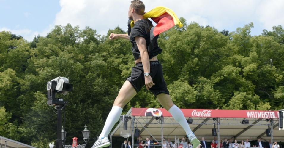 Goleiro Manuel Neuer, eleito o melhor da Copa do Mundo, comemora no palco
