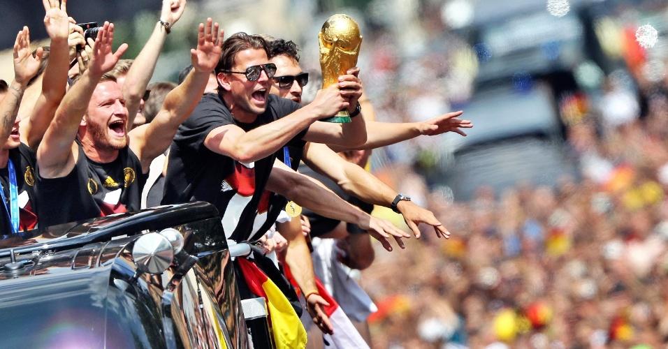 Goleiro Weidenfeller exibe taça da Copa do Mundo para os torcedores alemães em Berlim