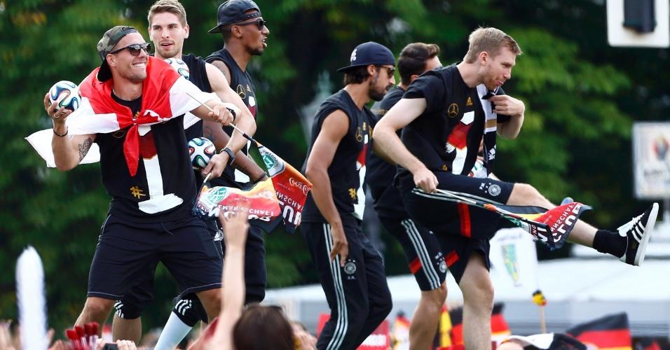 Jogadores da Alemanha brincam com os torcedores em Berlim durante comemoração do título da Copa do Mundo