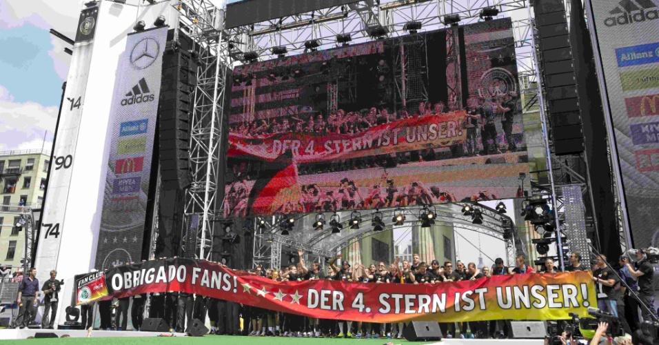 """Jogadores da Alemanha exibem faixa com mensagem em português: """"Obrigado"""". """"A quarta estrela é nossa"""", diz a mensagem em alemão"""