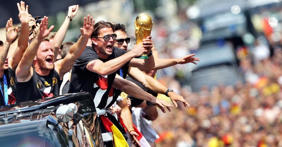 Jogadores da Alemanha exibem taça da Copa do Mundo durante desfile em carro aberto em Berlim