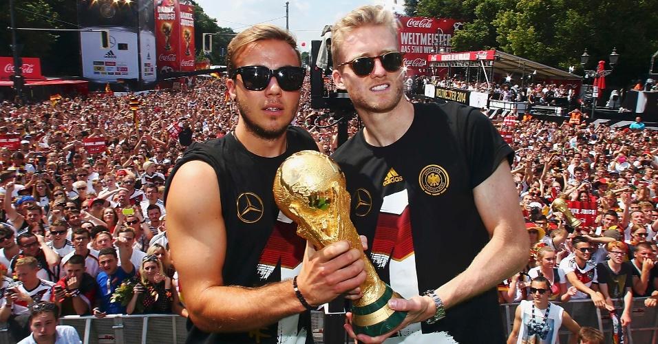 Mario Götze e Andre Schürrle fizeram a jogada do gol do título alemão no Maracanã. Nada mais justo que posarem para uma foto com o fruto da conquista