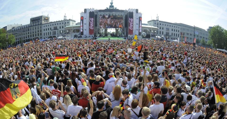 Milhares de torcedores lotam espaço montado em frente ao Portão de Brandenburgo para recepcionar os jogadores da Alemanha