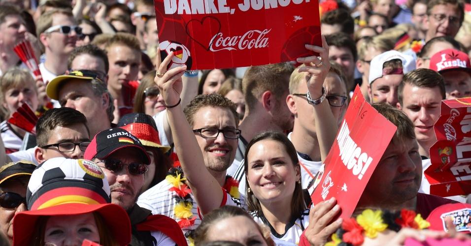 Multidão aguarda a chegada dos jogadores da Alemanha para a comemoração do tetracampeonato mundial