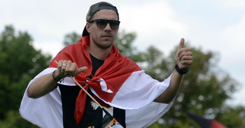 O meia Lukas Podolski comemorou a maior parte do tempo com uma bandeira da Polônia, seu país de nascimento