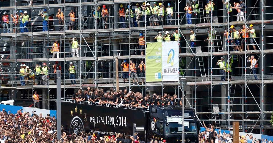 Operários interrompem trabalho em obra para registrar passagem da seleção alemã em Berlim