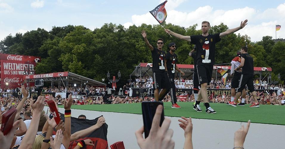Özil, Khedira e Mertesacker chegam ao palco da comemoração do título alemão em Berlim