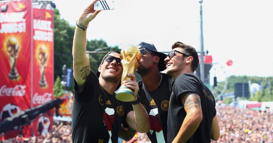 Podolski, Boateng e Özil tiram foto com a taça da Copa do Mundo