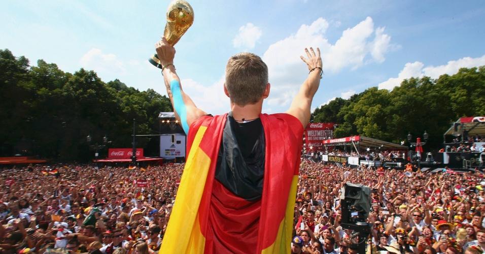 Schweinsteiger acena para o multidão em Berlim com a taça da Copa do Mundo