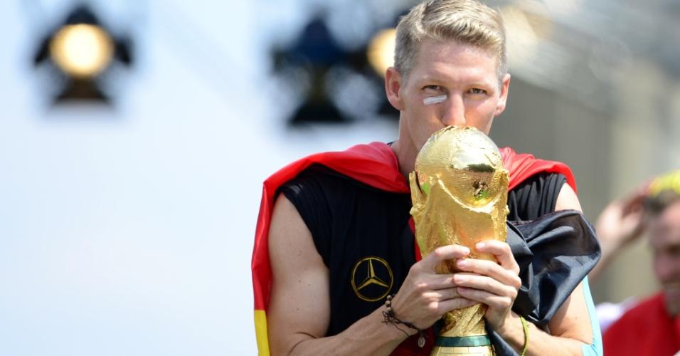 Schweinsteiger beija taça da Copa do Mundo em Berlim
