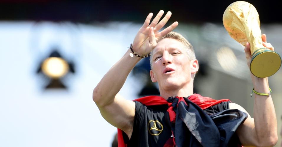 Schweinsteiger faz sinal exibindo os quatro títulos da Alemanha em Copas do Mundo