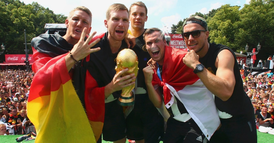 Schweinsteiger, Mertesacker, Neuer, Grosskreutz e Lukas Podolski fazem a festa no palco montado para a comemoração dos jogadores da Alemanha
