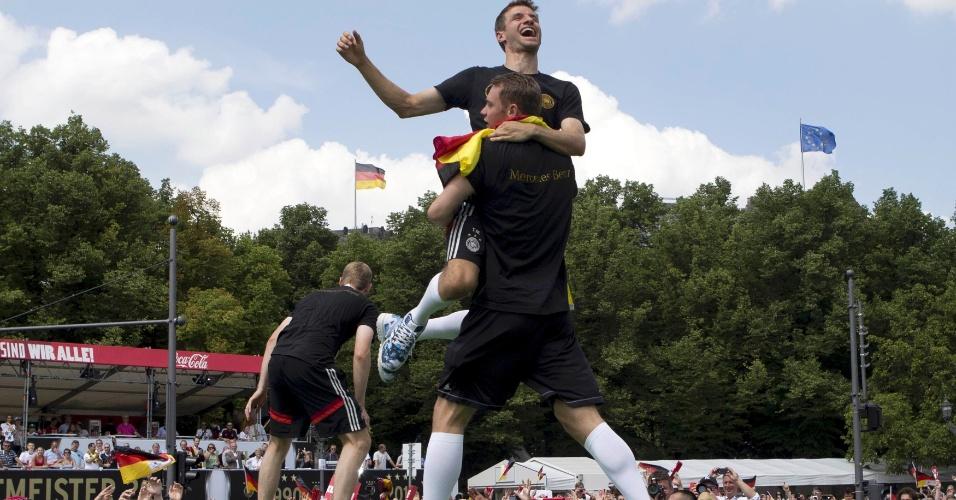 Também colegas de Bayern de Munique, Thomas Müller é carregado por Manuel Neuer