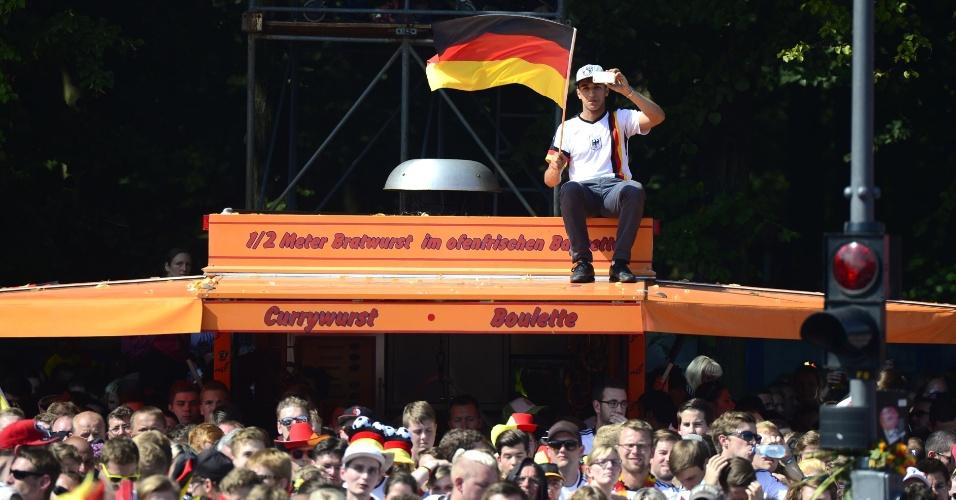 Torcedor deu jeito e conseguiu um lugar alto para acompanhar a chegada da seleção da Alemanha