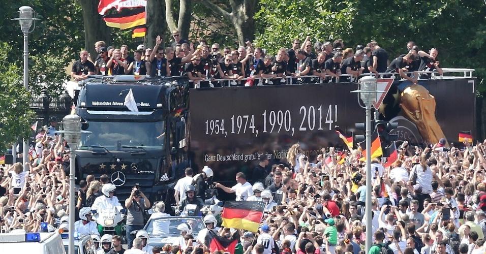 Torcedores fazem festa durante passagem do ônibus com os jogadores da seleção da Alemanha