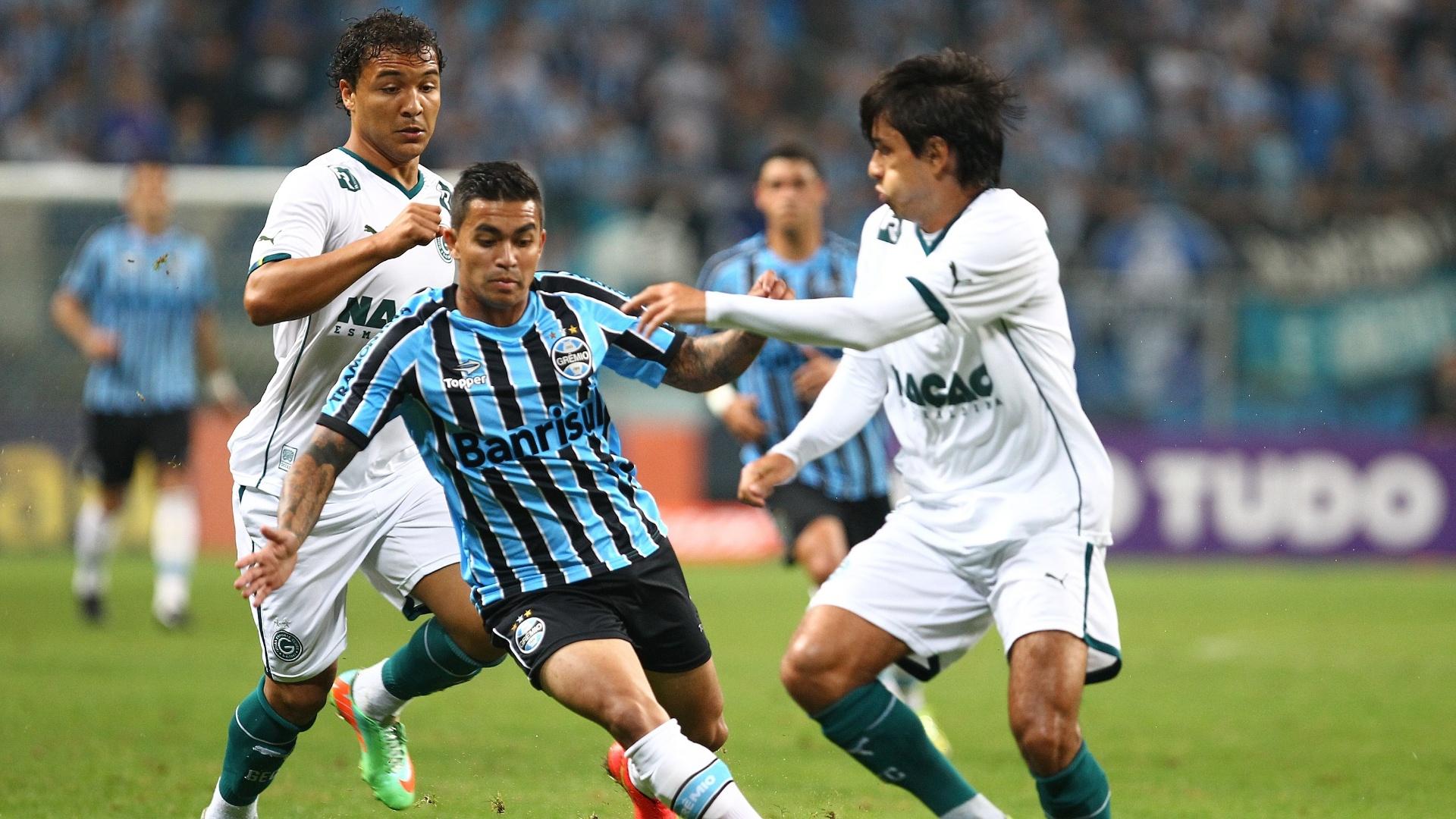 16.ujl.2014 - Dudu, do Grêmio, tenta escapar da marcação do Goiás em jogo da 10ª rodada do Campeonato Brasileiro