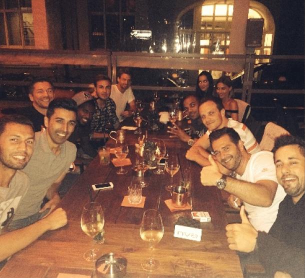 Mario Götze postou a foto de um jantar com amigos após a comemoração com os torcedores em Berlim. O herói da final só não atuou no jogo contra o Brasil