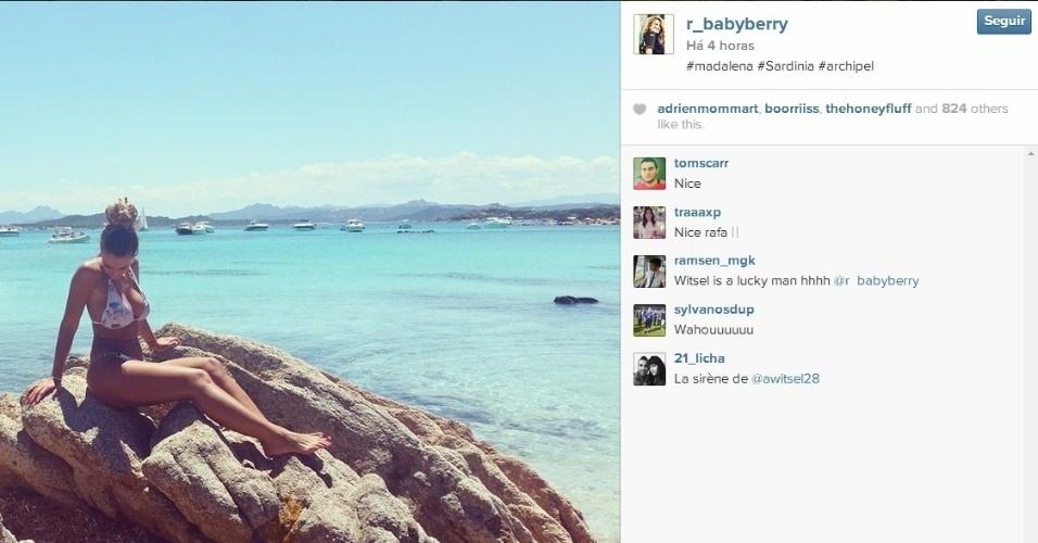 Rafaella aproveita as férias para colocar o bronzeado em dia na Sardenha