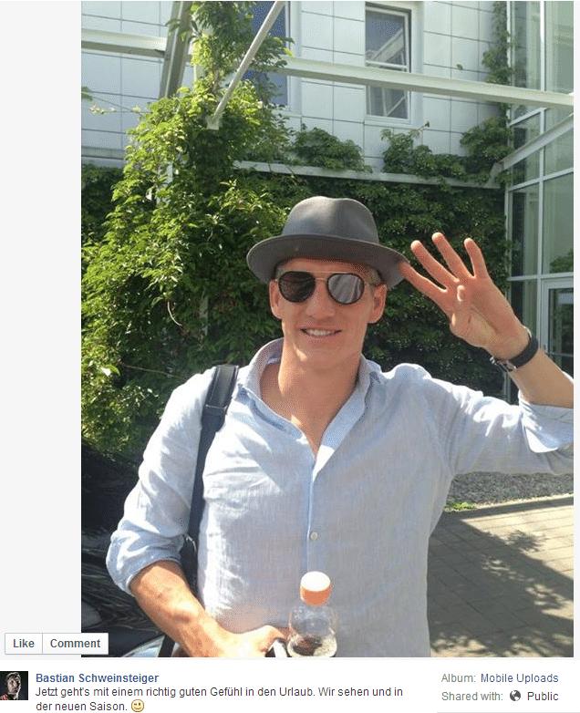 Schweinsteiger faz o sinal de quatro com a mão, em referência ao tetracampeonato mundial.