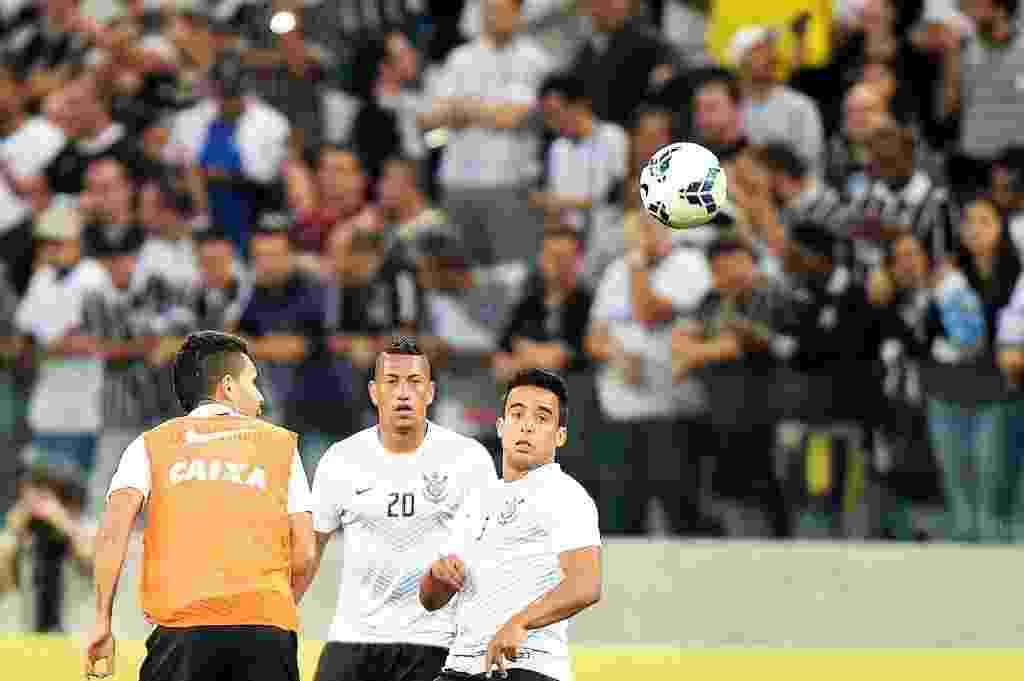 Petros, Ralf e Jadson realizam aquecimento antes do jogo contra o Inter (17.jul.2014) - Reinaldo Canato/UOL