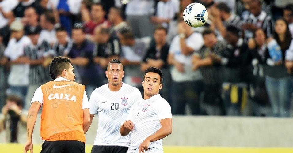 Petros, Ralf e Jadson realizam aquecimento antes do jogo contra o Inter (17.jul.2014)