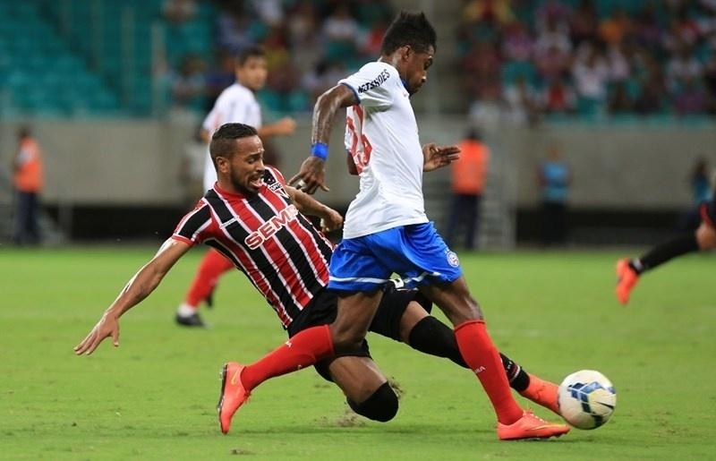 Alvaro Pereira desarma jogador do Bahia em duelo do São Paulo pelo Brasileirão