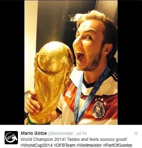 Autor do gol na final que deu o título à Alemanha, Götze brinca com a tão desejada taça da Copa do Mundo