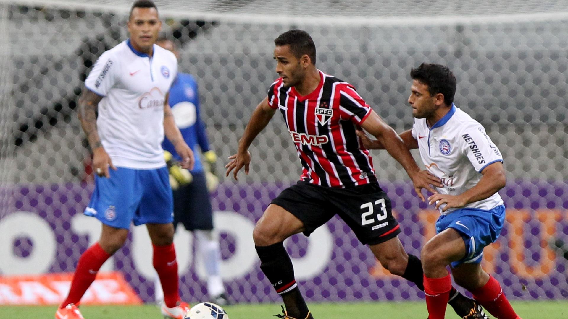 Douglas foge da marcação do Bahia na partida do São Paulo pelo Campeonato Brasileiro