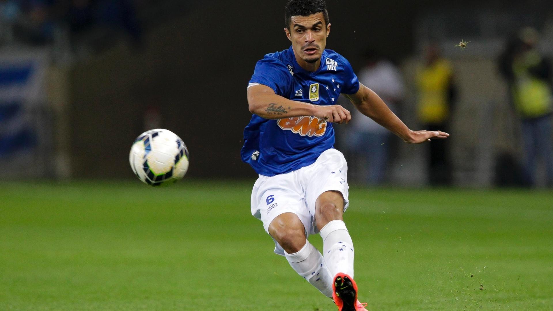 Egídio busca jogada pelo Cruzeiro contra o Vitória pelo Brasileirão