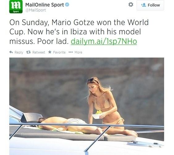 Enquanto Götze relaxa, sua namorada, a modelo Ann-Kathrin Brommel, aproveita para provar algumas frutas em Ibiza