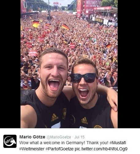 Götze (à dir.) e Mustafi curtem a recepção calorosa que a seleção alemã recebeu em Berlim após conquistar a Copa