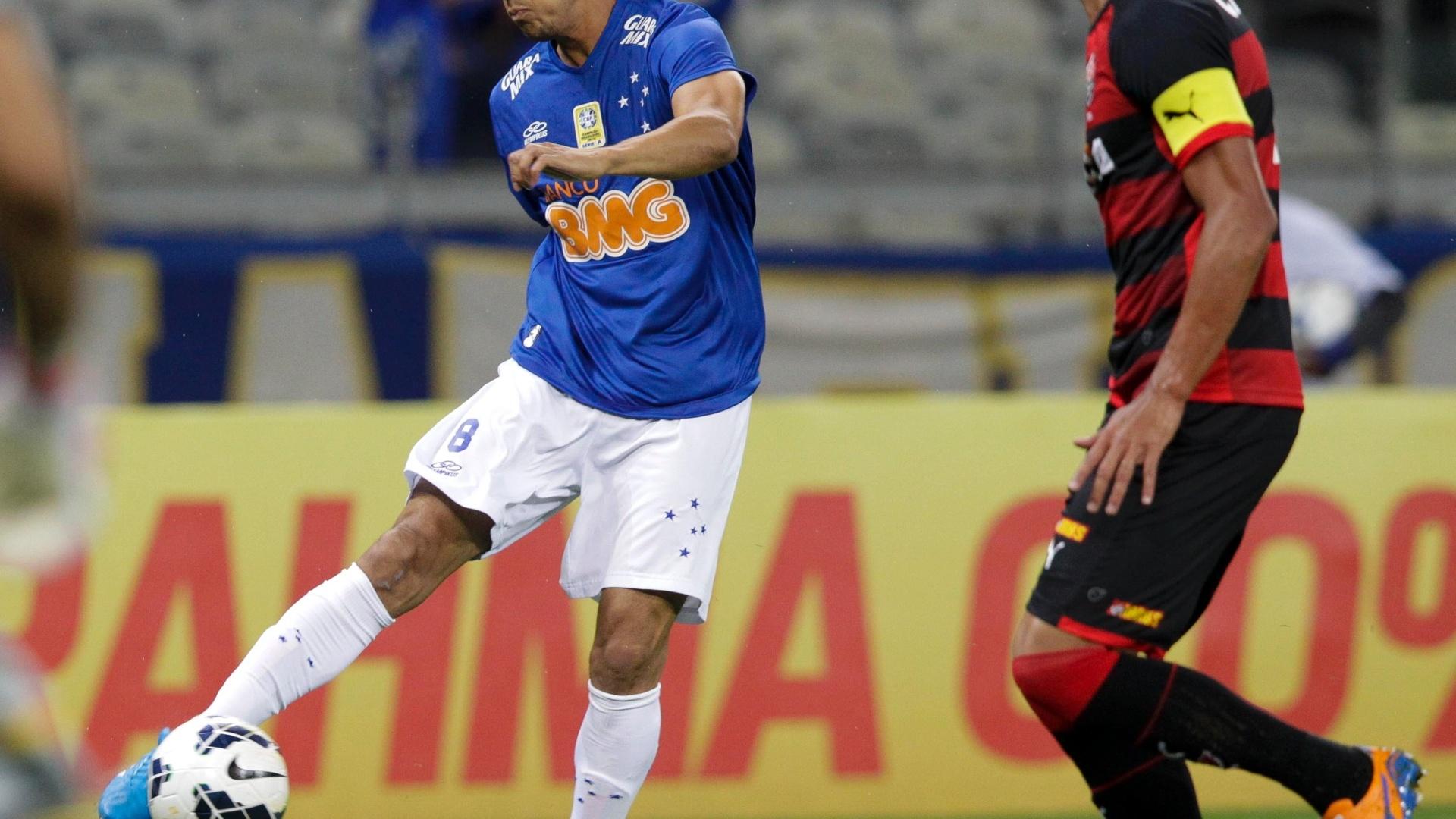Henrique bate para o gol do Vitória no jogo do Cruzeiro pelo Brasileirão