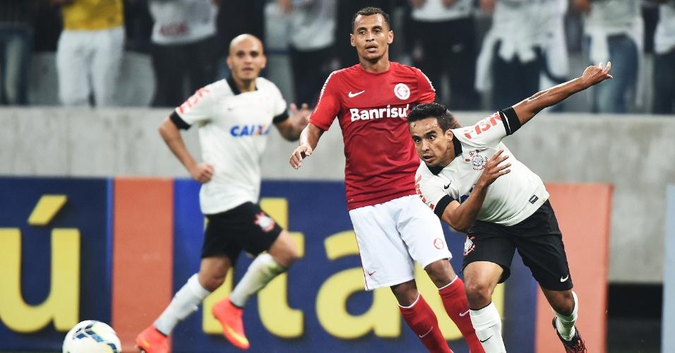 Jadson corre em direção a bola durante jogo contra o Internacional no Itaquerão (17.jul.2014)