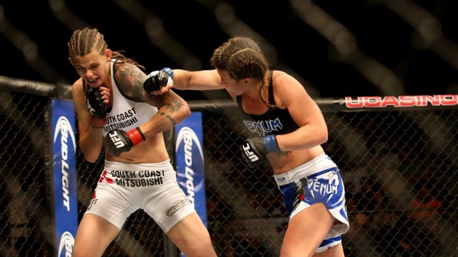 Leslie Smith acerta um soco em Jessamyn Duke durante combate da categoria peso-galo - Bill Streicher/USA TODAY Sports